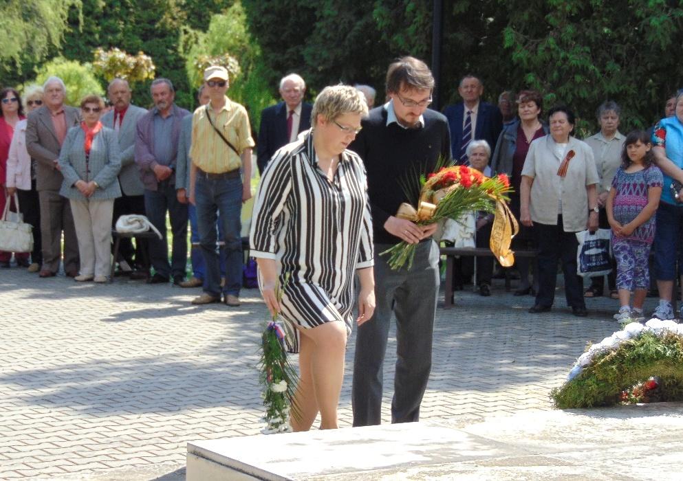 Dagmar Švendová, KSČM Břeclav, und Christoph Kepplinger, KPÖ Weinviertel, bei der Ehrung der Gefallenen der Roten Armee